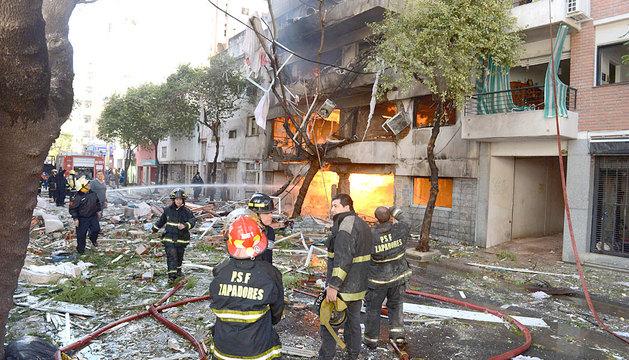 Bomberos trabajando en las afueras del edificio de Rosario.