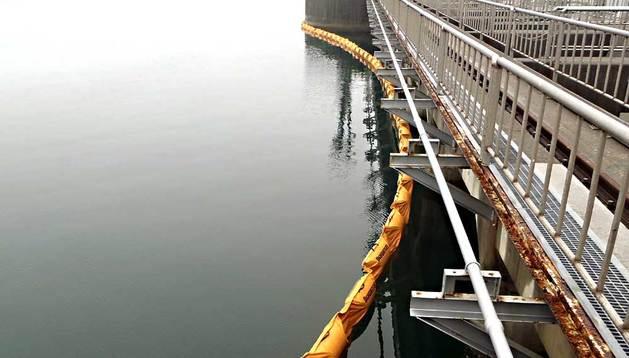 Fotografía cedida tomada el 26 de julio de 2013 por Tokyo Electric Power Co. (TEPCO) donde se ve una barrera desplegada en las aguas del océano Pacifico cerca a los reactores 1 y 2 de la Planta de Energía Nuclear de Fukushima.