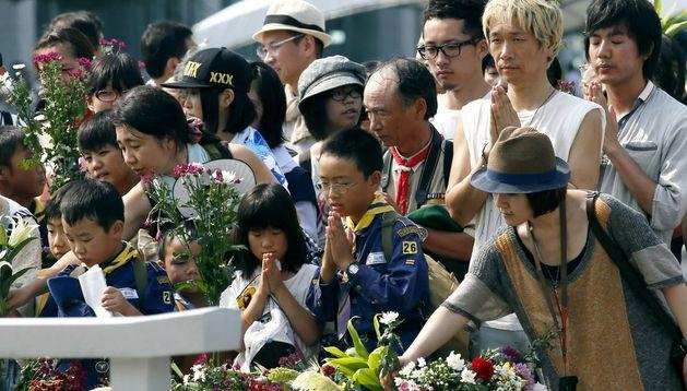 Un grupo de japoneses reza en el cenotafio para las víctimas de la bomba atómica.
