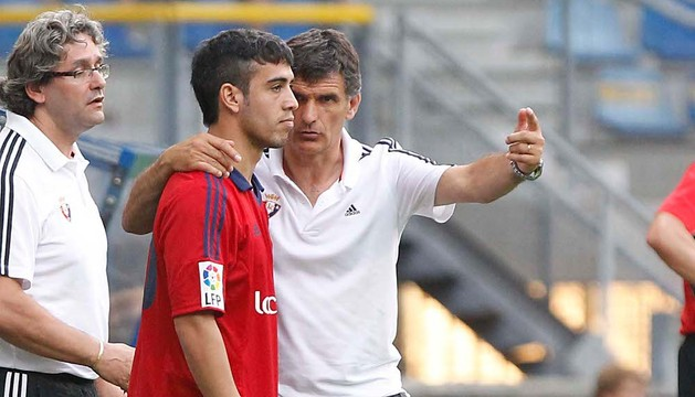 Ariel Núñez, autor del gol, junto a Mendilibar