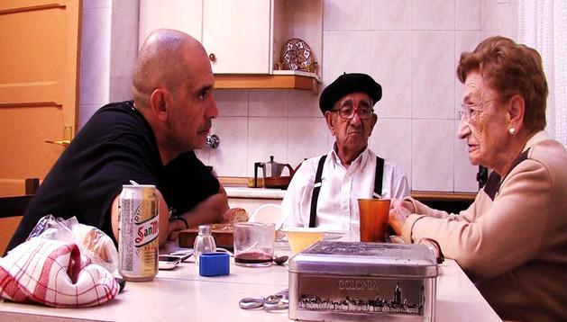 Arturo Cisneros en un fotograma de la película junto a sus padres.