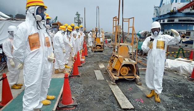 Operadores de la planta inspeccionan las obras para contener el vertido.
