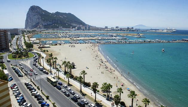 Las colas de automóviles en los accesos a Gibraltar siguen siendo una tónica generalizada