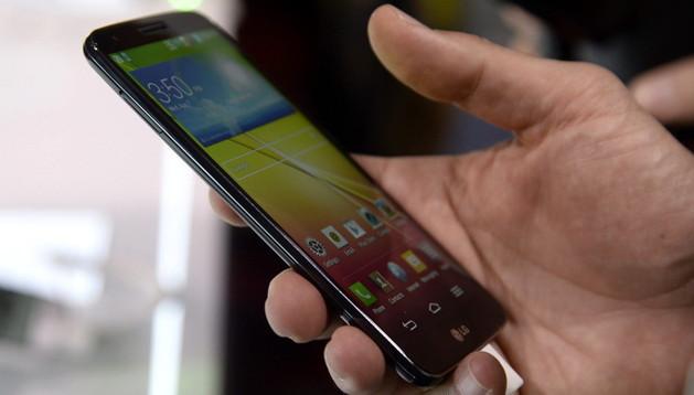Una persona sostiene el nuevo móvil de LG durante su acto de presentación celebrado en Nueva York.