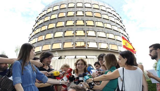 La portavoz de la Plataforma de Afectados por la Hipoteca (PAH), Ada Colau, se dirige a los periodistas frente a la puerta de la sede del Tribunal Constitucional.