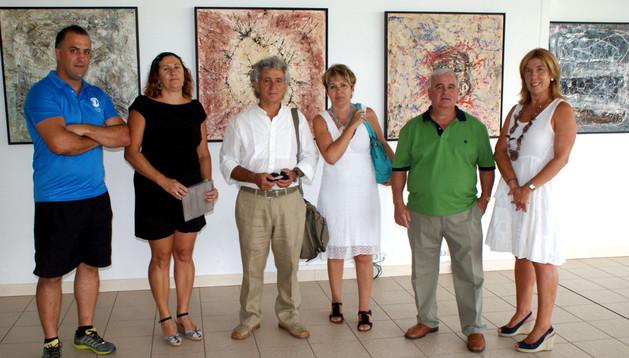 De izda. a dcha., Pablo Sangüesa (termolúdico); Susana Pérez (concejal);  Javier Hernández (pintor) y su pareja Eva Álvaro; Juan José Caballero (edil de Cultura); y Milagros Agramonte (concejal).
