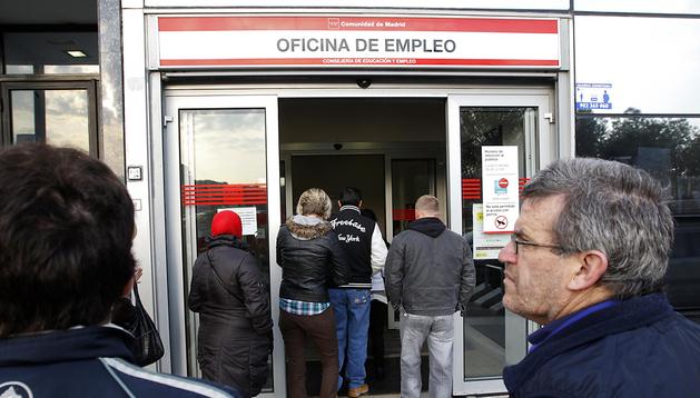 Madrileños entran en una oficina de empleo para realizar trámites