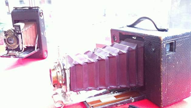Uno de los modelos antiguos de las cámaras fotográficas de la exposición.