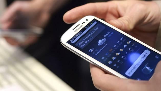 Un usuario maneja su smartphone