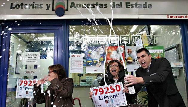 Varias personas celebran el premio de lotería de Navidad en Barcelona.
