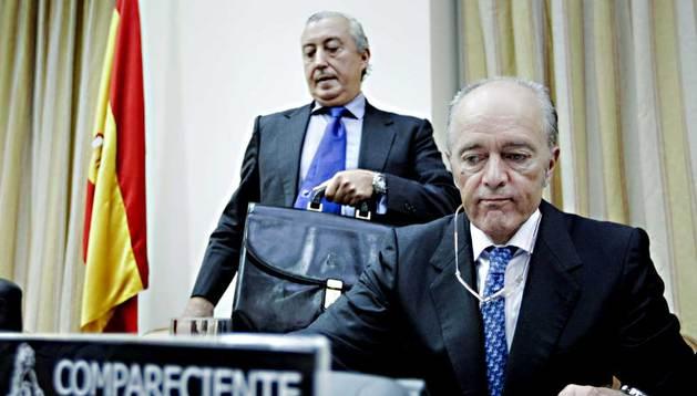 El presidente del Administrador de Infraestructuras Ferroviarias (Adif), Gonzalo Ferre (d), y el de la compañía operadora Renfe, Julio Gómez-Pomar, este jueves en la Comisión de Fomento del Congreso.