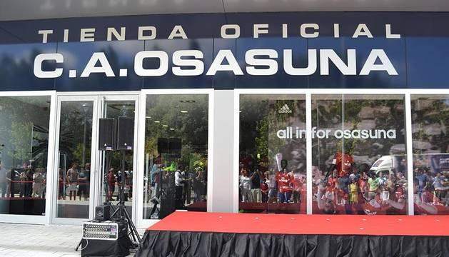 Osasuna abrió este viernes en El Sadar su nueva tienda Adidas, y aprovechó este evento para presentar todas las equipaciones de juego del equipo para esta temporada.