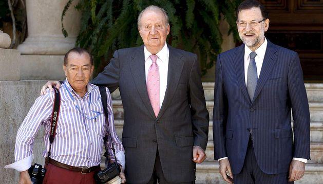 El Rey Juan Carlos y el presidente del Gobierno, Mariano Rajoy (d), saludan al fotógrafo Juan Chavez (i).