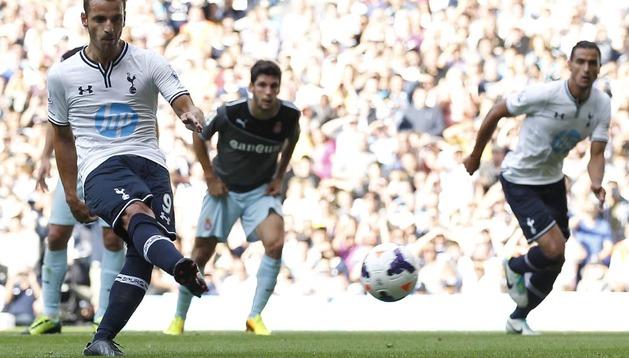 Roberto Soldado lanza el penalti con el que logró su primer gol con el Tottenham