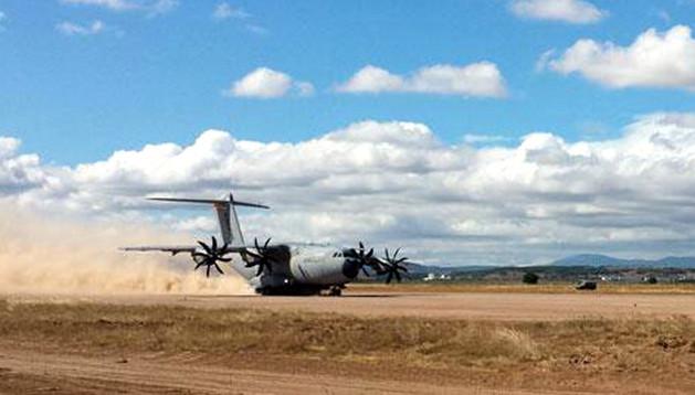 ATERRIZAJE EN ABLITAS Momento en el que el avión A400M realiza uno de los tres aterrizajes que llevó a cabo este jueves en el aeródromo militar de Ablitas.