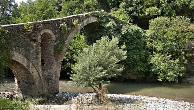 El puente de Golik, junto al pueblo del mismo nombre en el sureste de Albania.