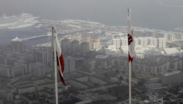 Las banderas de Gibraltar vistas desde el Peñón, con la colonia británica de fondo