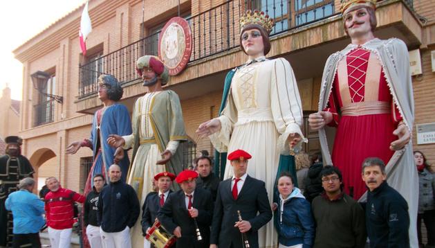 Algunos de los miembros de la Comparsa de Gigantes de Murchante, con sus cuatro figuras.