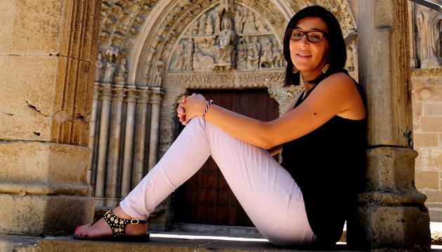 María Amatriain Alonso, ante Santa María de Olite.