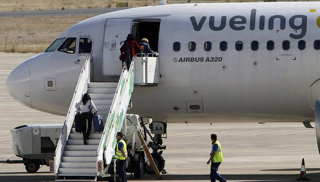 Varios pasajeros suben a un Airbus A320 de Vueling en el aeropuerto de Ciudad Real.