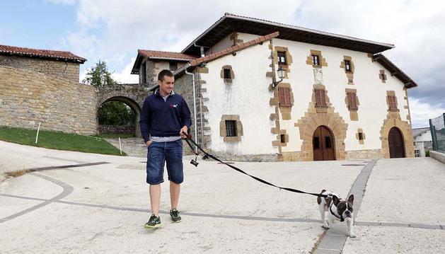 El golfista Jesús Legarrea pasea junto a su perro Oli, un bulldog francés, por las calles de Elso, en la Ulzama
