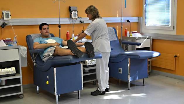 Un chico es atendido en la sala de extracción del Banco de Sangre de Navarra.