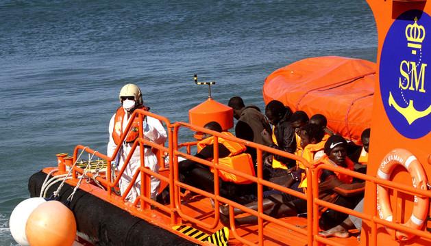 Salvamento Marítimo llega al puerto de Tarifa con unos inmigrantes