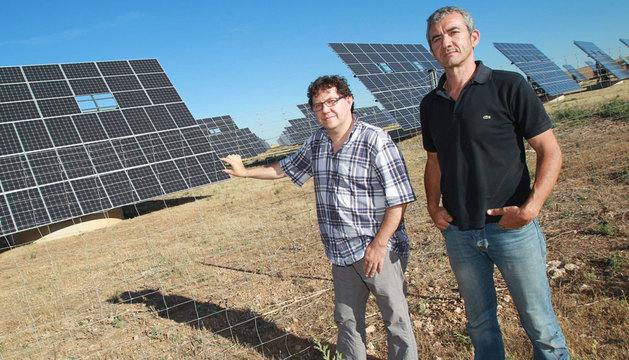 Mariano Navarro Lacarra y Manuel Resa Conde junto a los paneles del parque de Villafranca.