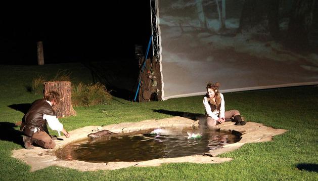 La nutria asiática, que recorre el estanque, es uno de los animales protagonistas del acto.