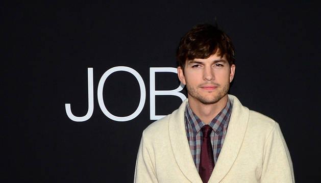 Ashton Kutcher en posa en el estreno de la película en Los Ángeles