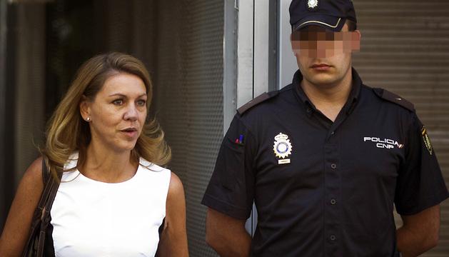 La secretaria general del PP, María Dolores de Cospedal, abandona la Audiencia Nacional.