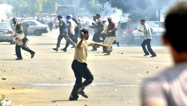 Partidarios del depuesto presidente egipcio Mohamed Mursi se enfrentran a opositores a Mursi.