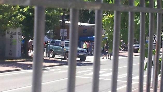 Manifestantes y un coche de la Guardia Civil en la entrada de INASA este miércoles.