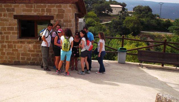 Un grupo de excursionistas en la caseta del aparcamiento de Baquedano (Améscoa).