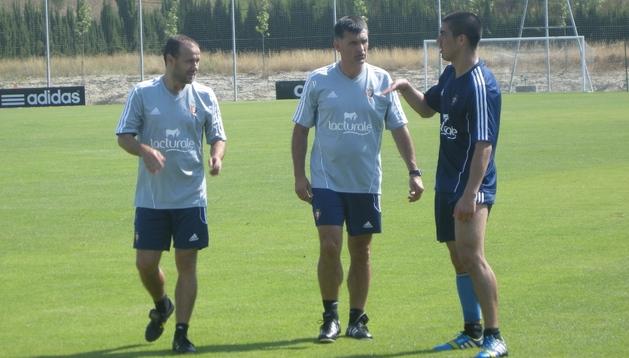 'Gato' Silva (dcha) se quedó hablando con los entrenadores José Luis Mendilibar (centro) y Alfredo Sánchez (izda) al final del entrenamiento en Tajonar