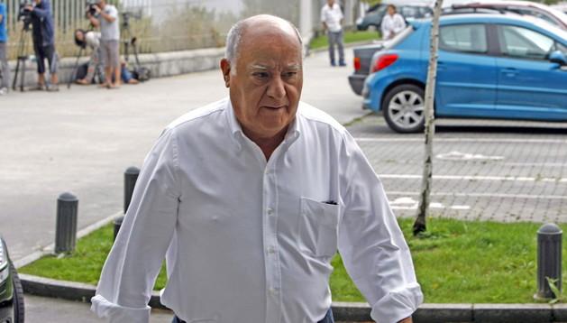 Amancio Ortega a su llegada al tanatorio