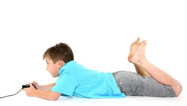 Un niños juega a la videoconsola.