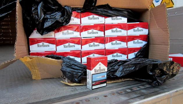Cajetillas de tabaco encontradas por la policía tras una intervención contra el contrabanco