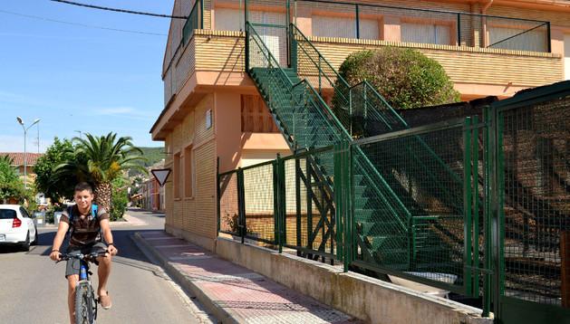 Vista del colegio público de Azagra, en cuyo edificio para niños de 3 a 6 años se hacen las mejoras.