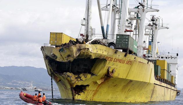 Miembros de la Guardia Costera exminan el carguero accidentado.