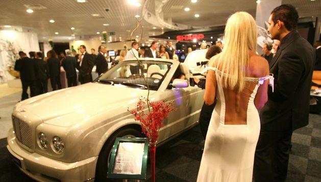 Salón de automóviles de lujo.