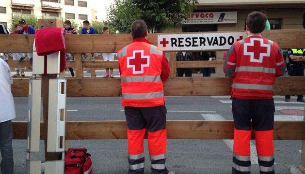 Miembros de la Cruz Roja, antes del inicio del tercer encierro de Tafalla