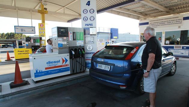 Dos conductores repostan sus respectivos vehículos en los surtidores de una estación de servicio de Tudela.