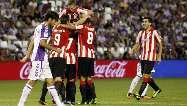 Los jugadores del Athletic celebran el primer gol. Entre ellos Kike Sola y Muniain