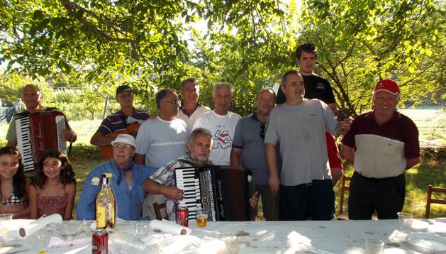 Algunos de los participantes en la comida del pasado martes, durante la sobremesa en la Nogalera.