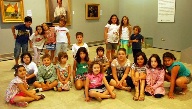 Varios de los niños participantes en las jornadas, ante algunos de los cuadros expuestos en el museo.
