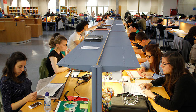 Alumnos de la UPNA estudiando en la biblioteca del centro universitario, el pasado mes de mayo.