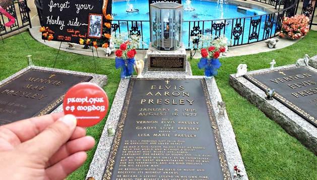 Imagen de la chapa de 'Pamplona es Mordor' con la tumba del cantante Elvis Presley de fondo, en Graceland, Memphis (EE UU).