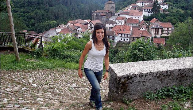 Laura Sola, subiendo por el camino que conduce a la ermita de Nuestra Señora del Patrocinio, junto al cementerio del pueblo.