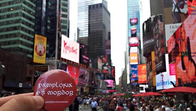 Imagen de la chapa de 'Pamplona es Mordor' en Times Square (Nueva York).